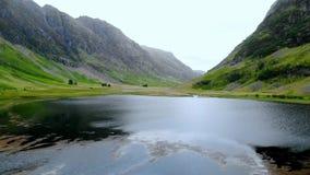 在Glencoe令人敬畏的风景的飞行在苏格兰的高地的 股票录像