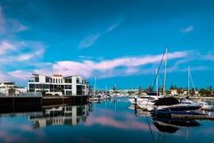 在Glenelg,城市的小船坚持海湾,南澳大利亚 免版税库存图片
