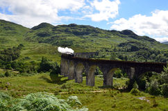 在Glenfinnan高架桥的一列火车 免版税图库摄影