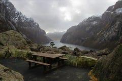 在Gloppedalsura山崩的被隔绝的野餐桌 免版税库存图片