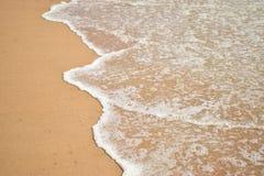 在goa condolim的海滩波浪 免版税图库摄影
