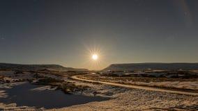 在godafoss瀑布附近的月亮设置,冰岛 图库摄影