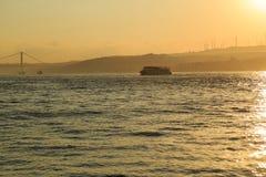 在GoldenHorn海湾,伊斯坦布尔,土耳其的客船 库存照片