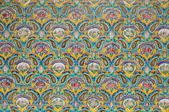在Golestan墙壁上的美丽的老装饰的绘的马赛克  免版税库存图片