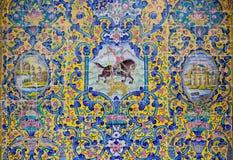 在Golestan墙壁上的美丽的老装饰的绘的马赛克  库存照片