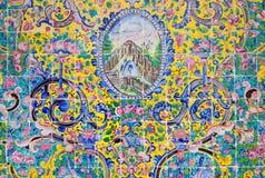 在Golestan墙壁上的美丽的老装饰的绘的马赛克  库存图片
