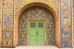 在Golestan宫殿,伊朗的外部装饰马赛克墙壁 图库摄影