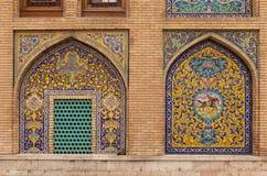 在Golestan宫殿,伊朗的外部装饰马赛克墙壁 库存图片