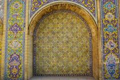 在Golestan Palac的陶瓷砖墙壁上的美丽的花 库存照片