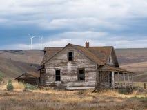 在Goodnoe小山附近镇的被放弃的平房建筑  库存照片