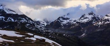 在Gornergrat火车近处的积雪覆盖的多山风景  免版税库存照片