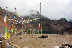 在Gosain Kund湖附近的祷告旗子 免版税库存图片