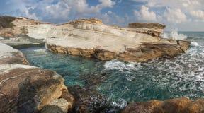 在governon的海滩的白色岩石在limasol,塞浦路斯附近 免版税图库摄影