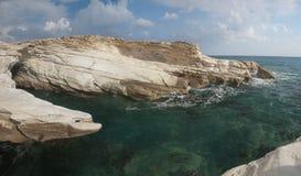 在governon的海滩的白色岩石在limasol,塞浦路斯附近 库存图片