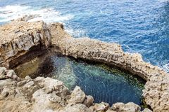 在gozo马耳他的蓝色孔 免版税库存图片