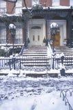 在Gramercy公园的历史的家的圣诞节装饰在冬天暴风雪以后的在曼哈顿, NY 免版税库存图片