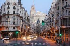 在Gran的Telefonica大厦通过街道在马德里 免版税库存图片