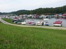 在Grayson湖小游艇船坞的浮船小船 库存照片
