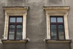 在greyj老房子的门面的两个窗口 库存图片