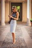 在Grinko时装表演大厦之外的美丽的妇女为米兰妇女的时尚星期2014年 免版税库存图片