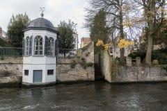 在Groenerei运河布鲁日旁边的庭院结构 库存照片