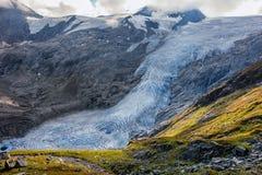 在Grossvenediger下的Schlatenkees冰川与一个巨大的孔 免版税图库摄影