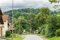 在grueb的五月柱,在grafenau附近的一个小村庄在巴法力亚森林里 免版税库存图片