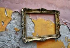 在grunge墙壁上的老画框 免版税库存图片