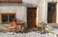 在Gruyeres一个典型的房子的圣诞节装饰  库存照片