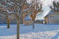 在Gruyeres前面城堡的广场在一个冬日 库存照片