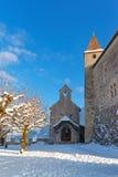 在Gruyeres前面城堡的极小的小的教堂  库存图片