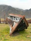 在Grytviken的一条损坏的小船 库存照片