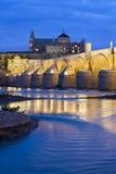 在Guadalquivir河的罗马桥梁在黎明 免版税库存照片