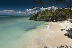 在Guardalavaca海滩附近的一个偏僻的海湾 免版税库存照片