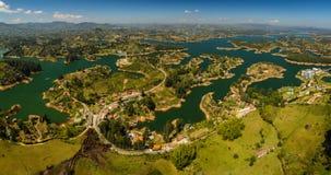 在Guatape附近,哥伦比亚镇的美好的风景  免版税库存图片