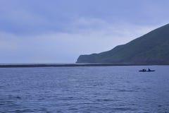在guishandao (乌龟海岛)附近的一条小船 库存照片