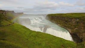 在gullfoss瀑布的美丽的彩虹在冰岛在夏天 股票视频