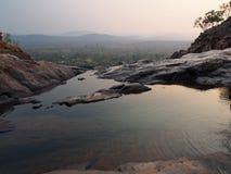 在Gunlom (瀑布小河),卡卡杜国家公园,澳大利亚的无限水池 免版税库存照片