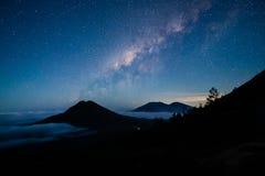 在Gunung Merapi的银河,在对Kawah伊真火山的途中, Indones 免版税库存照片