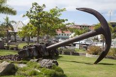 在Gustavia江边的巨型船锚在圣Barts,法属西印度群岛 免版税库存照片