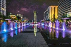 在Gwanghwamun广场的五颜六色的喷泉有尹罪孽,罪孽海军上将和银河雕象的在汉城市 照片在汉城,韩国 免版税库存照片