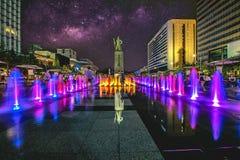 在Gwanghwamun广场的五颜六色的喷泉有尹罪孽,罪孽海军上将和银河雕象的在汉城市 照片在汉城,韩国 库存图片