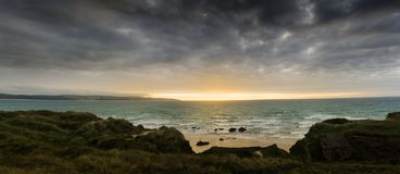 在Gwithian沙子的发光的senset靠岸 库存图片