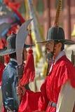 在Gyeongbok宫殿汉城,韩国的卫兵 库存照片