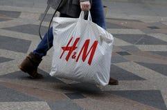在H&M的季节中间销售 免版税库存照片