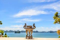 在Ha长海湾的寺庙 图库摄影
