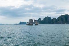 在Ha长海湾,广宁省,越南的岩石 免版税库存照片