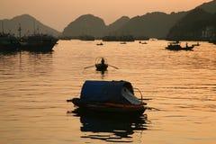 在Ha长的海湾的日落 图库摄影