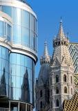 在Haas Haus附近的St.斯蒂芬教会 免版税库存图片