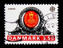 在Haderslev邮局,欧罗巴C的门的皇家组合图案 e P T 1990 - 邮局大厦serie,大约1990年 库存图片